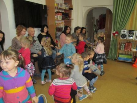Подарки родителям дети подготовили под руководством воспитателя Лемешко А.И.