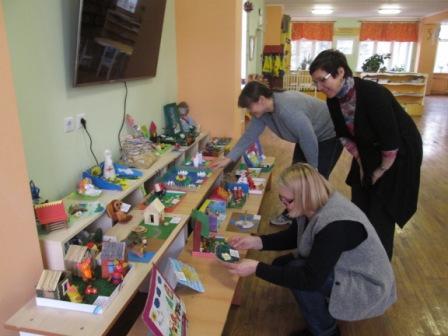 Директор библиотеки Васильева О.А. (в центре) и сотрудники младшего отдела с интересом рассматривают детские работы