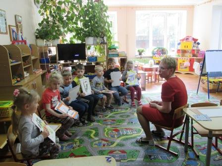 Воспитатель старшей группы Лемешко Анна Иосифивна со своими воспитанниками
