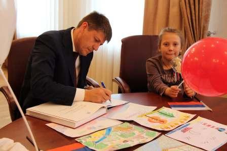 """А.М.Кропоткин подписывает детскому саду свою книгу """"Калининград"""""""