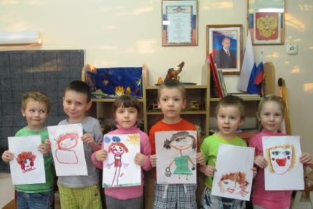 Старшая группа с портретами мам